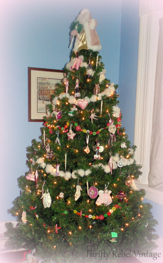 Pink themed Christmas tree @ thriftyrebelvintage.com