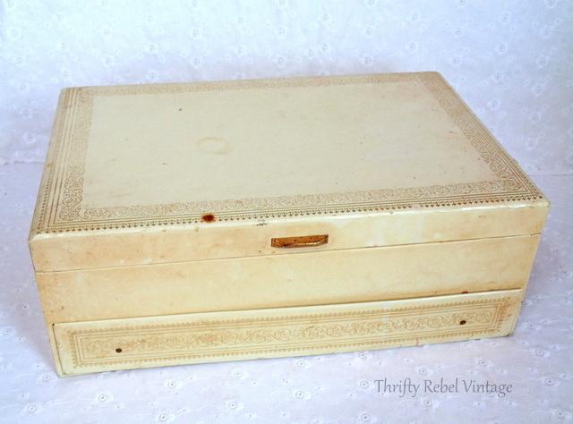 vintage jewelry box / thriftyrebelvintage.com