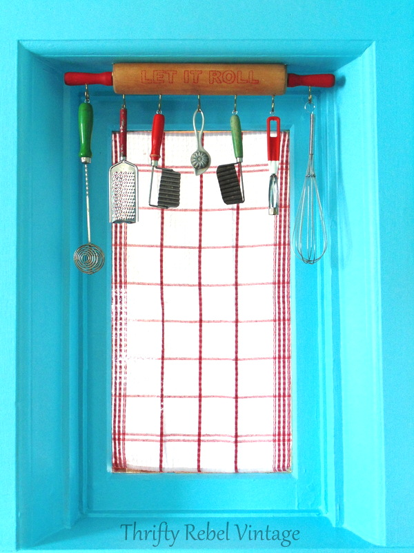 repurposed rolling pin window valance / thriftyrebelvintage.com