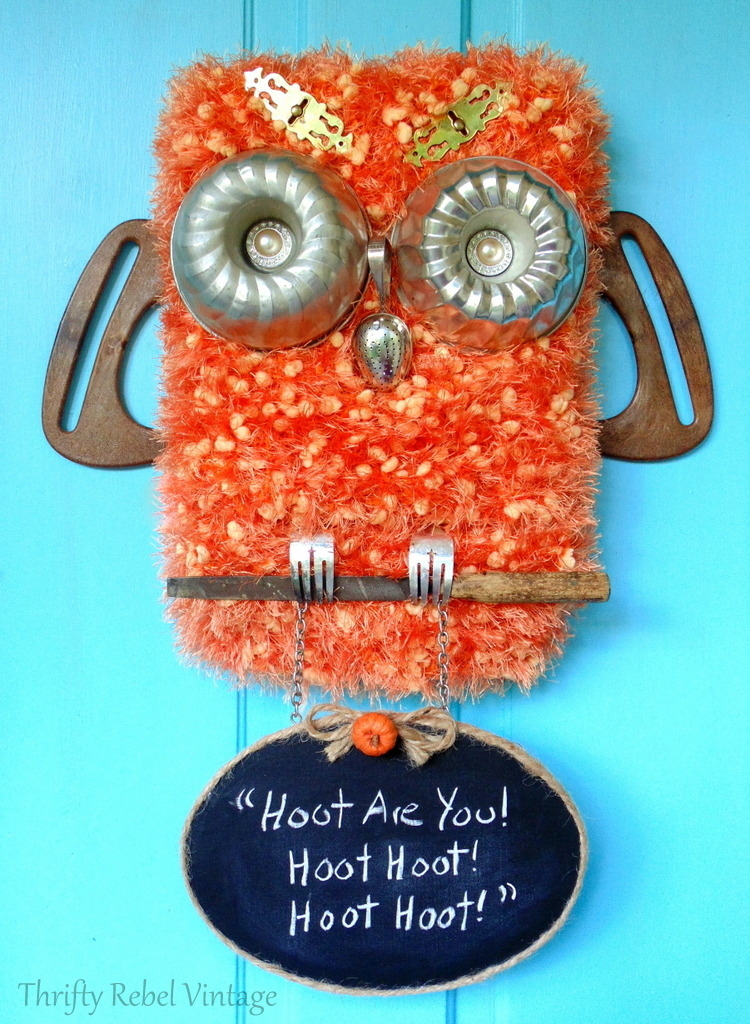 Create this diy repurposed owl with hanging chalkbord sign for your front door. It's a fun decoration for the fall season.