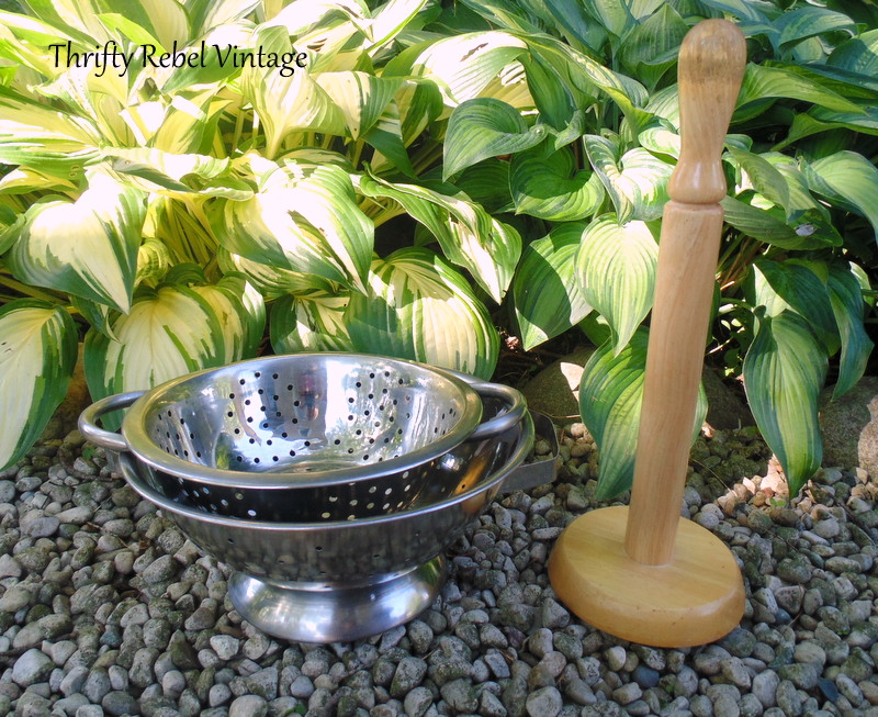diy tiered stand using paper towl holder and strainers