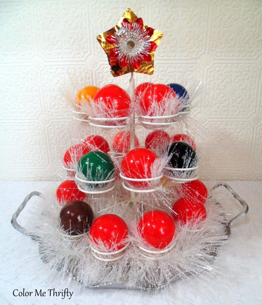 DIY Christmas centerpiece from cupcake holder and snooker balls with white garland