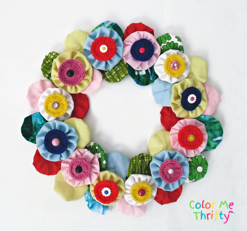 Quick and easy flower wreath made of fabric yoyos